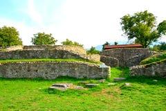 Fördärvar av amfiteater i Ulpia Traiana Augusta Dacica Sarmizegetusa Arkivfoto