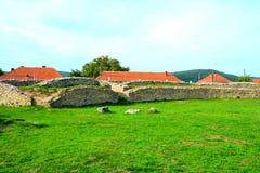Fördärvar av amfiteater i Ulpia Traiana Augusta Dacica Sarmizegetusa Arkivbild