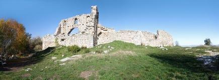 Fördärvar av av en forntida fästning på en platåMangup grönkål. Ukraina Krim Arkivfoto