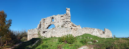 Fördärvar av av en forntida fästning på en platåMangup grönkål. Ukraina Krim Arkivfoton