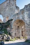 Fördärvar av av en forntida fästning på en platåMangup grönkål. Ukraina Krim Arkivbild