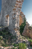 Fördärvar av av en forntida fästning på en platåMangup grönkål. Ukraina Krim Royaltyfri Bild