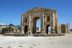 Fördärvar av båge för Hadrian ` s i Jordanien Royaltyfri Foto