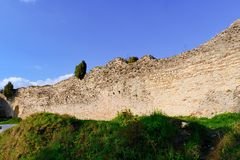 Fördärvar av befästningbålverket Medeltida vall Arkivfoton