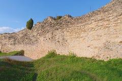 Fördärvar av befästningbålverket Medeltida vall Arkivbilder