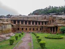 Fördärvar av byggnader på grottor för en arkeologisk plats, Udayagiri och Khandagiri, Bhubaneswar, Odisha, Indien arkivbilder