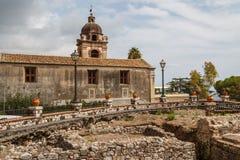 Fördärvar av de forntida romerska baden i den historiska mitten av Taormina arkivbild