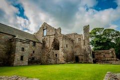 Fördärvar av den Aberdour slotten, Skottland Royaltyfri Fotografi