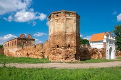 Fördärvar av den Carthusian kloster 1648-1666 år i den Beryoza staden på solnedgången, den Brest regionen, Vitryssland Arkivbilder