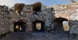 Fördärvar av den Devicky slotten i Palava kullar Fotografering för Bildbyråer