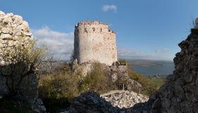Fördärvar av den Devicky slotten i Palava kullar Arkivbild