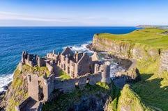 Fördärvar av den Dunluce slotten i nordligt - Irland Arkivfoton