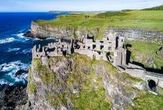 Fördärvar av den Dunluce slotten i nordligt - Irland Arkivfoto