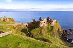 Fördärvar av den Dunluce slotten i nordligt - Irland Arkivbild