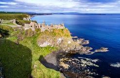 Fördärvar av den Dunluce slotten i nordligt - Irland, UK Arkivfoto