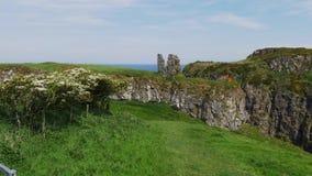 Fördärvar av den Dunseverick slotten i nordligt - Irland lager videofilmer