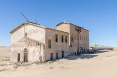 Fördärvar av den en gång blomstrande tyska bryta staden Kolmanskop i den Namib öknen nära Luderitz, Namibia, sydliga Afrika Arkivfoto