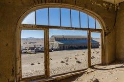 Fördärvar av den en gång blomstrande tyska bryta staden Kolmanskop i den Namib öknen nära Luderitz, Namibia, sydliga Afrika Royaltyfri Bild