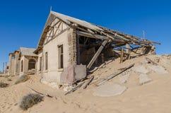 Fördärvar av den en gång blomstrande tyska bryta staden Kolmanskop i den Namib öknen nära Luderitz, Namibia, sydliga Afrika Arkivbild