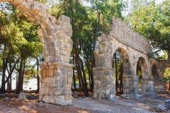 Fördärvar av den forntida akvedukten på Phaselis, Turkiet. Arkivfoto