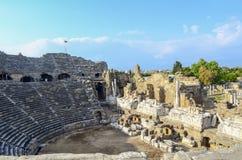 Fördärvar av den forntida amfiteatern i den turkiska sidan royaltyfri bild