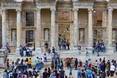 Fördärvar av den forntida antika staden av Ephesus arkivbyggnaden av Celsus, amfiteatertemplen och kolonner Kandidat f Royaltyfri Foto