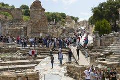 Fördärvar av den forntida antika staden av Ephesus arkivbyggnaden av Celsus, amfiteatertemplen och kolonner Kandidat f royaltyfria foton