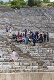 Fördärvar av den forntida antika staden av Ephesus arkivbyggnaden av Celsus, amfiteatertemplen och kolonner Kandidat f Royaltyfri Fotografi