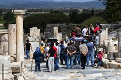 Fördärvar av den forntida antika staden av Ephesus arkivbyggnaden av Celsus, amfiteatertemplen och kolonner Kandidat f arkivfoton