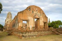 Fördärvar av den forntida buddistiska templet av det Wat Ratchaburana Wat Rat Burana slutet upp i den tidiga molniga morgonen Ayu Royaltyfria Bilder