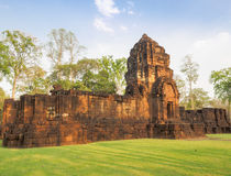 Fördärvar av den forntida En khmer-stil templet i Thailand Royaltyfri Foto