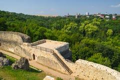 Fördärvar av den forntida fästningen nära Suceava Royaltyfri Fotografi