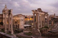 Fördärvar av den forntida Rome och Constantine bågen royaltyfri bild