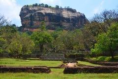 Fördärvar av den forntida staden på foten av Sigiriyaen Lion Rock, Fotografering för Bildbyråer