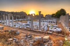 Fördärvar av den forntida teatern i sidan på solnedgången, Turkiet royaltyfri bild