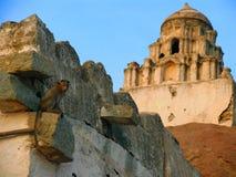 Fördärvar av den forntida templet i Hampi, Karnataka, Indien Royaltyfria Bilder