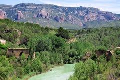 Fördärvar av den gamla bron över floden Gallego. Den autonoma regionen Ar Arkivbild