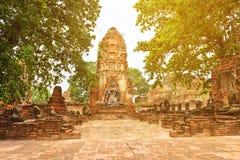 Fördärvar av den gamla buddistiska templet med stupa och Buddhastatyer Fotografering för Bildbyråer
