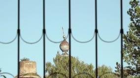 Fördärvar av den gamla kyrkan till och med ett fönster med stänger lager videofilmer