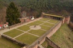 Fördärvar av den gamla slotten Hardenburg Arkivfoto