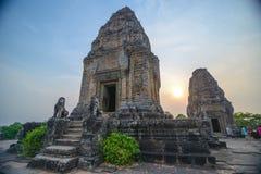 Fördärvar av den gamla templet Phnom Bakheng Arkivbild