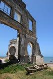 Fördärvar av den gammala porten i den Bagamoyo townen Arkivbild