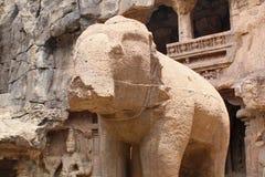 Fördärvar av den Kailasa templet, elefantskulptur, grottan inga 16, Ellora grottor, Indien Arkivfoto