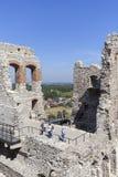 Fördärvar av den medeltida slotten för det 14th århundradet, den Ogrodzieniec slotten, Polen Fotografering för Bildbyråer