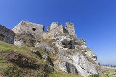 Fördärvar av den medeltida slotten för det 14th århundradet, den Ogrodzieniec slotten, slinga Arkivfoto