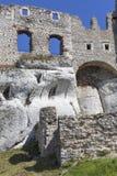 Fördärvar av den medeltida slotten för det 14th århundradet, den Ogrodzieniec slotten, slinga Arkivfoton
