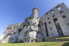 Fördärvar av den medeltida slotten för det 14th århundradet, den Ogrodzieniec slotten, slingan av de Eagles redena, Podzamcze, Po Fotografering för Bildbyråer