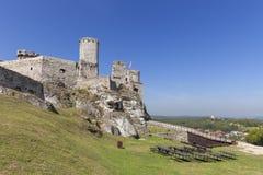 Fördärvar av den medeltida slotten för det 14th århundradet, den Ogrodzieniec slotten, slingan av de Eagles redena, Podzamcze, Po Arkivfoton