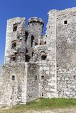 Fördärvar av den medeltida slotten för det 14th århundradet, den Ogrodzieniec slotten, slingan av de Eagles redena, Podzamcze, Po Royaltyfri Bild