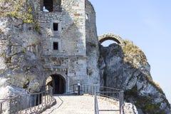 Fördärvar av den medeltida slotten för det 14th århundradet, den Ogrodzieniec slotten, slingan av de Eagles redena, Podzamcze, Po Arkivbilder